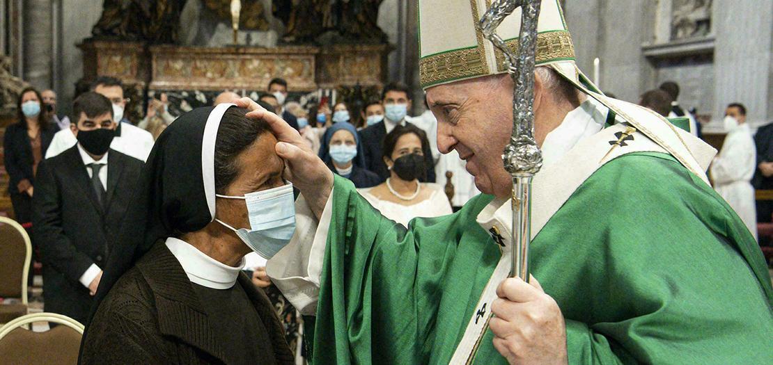 البابا يحيي الراهبة الكولومبية المحررة قبيل قداس افتتاح المرحلة الأولى من السينودس