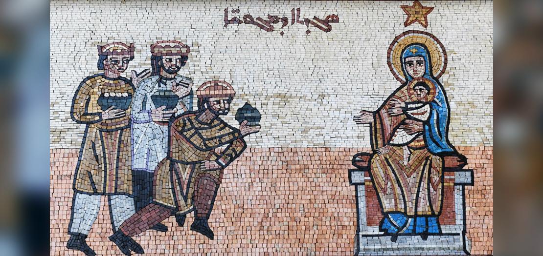 صورة الغلاف لفسيفساء زيارة المجوس الموجودة في قسم الفنّ المقدّس في جامعة الروح القدس الكسليك، لبنان