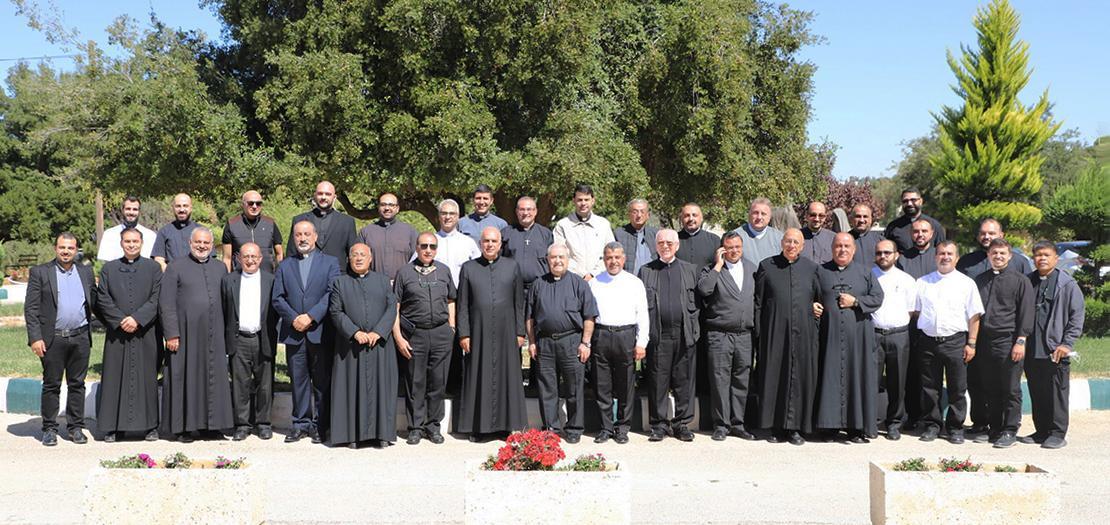 صورة جماعيّة لكهنة البطريركيّة اللاتينيّة في الأردن في رياضتهم الروحيّة لعام 2021 (تصوير: راسن جورج / أبونا)