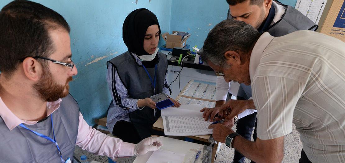 عراقي يدلي بصوته في الانتخابات النيابية المبكرة في الموصل، 10 تشرين الأول 2021