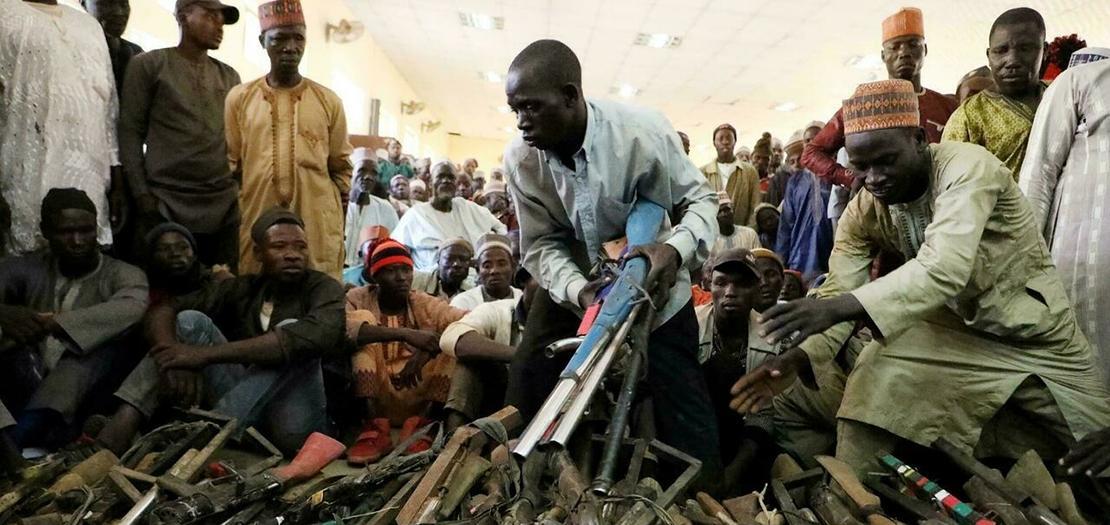 عناصر في ميليشيات للدفاع عن القرى في ولاية زمفارا يسلمون أسلحتهم بعد التوصل لاتفاق مع السلطات النيجيرية في غوساو في 3 كانون الأول 2019