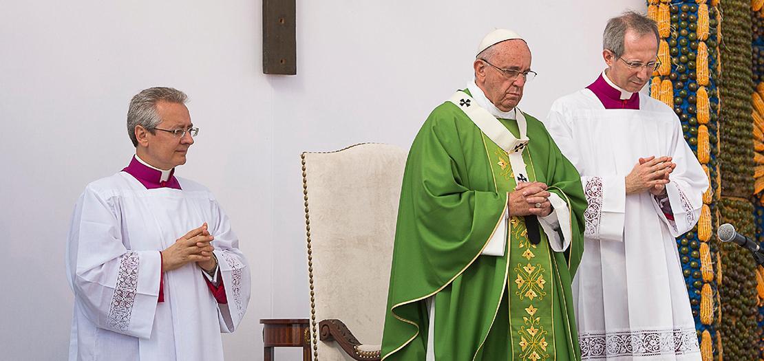 البابا متوسطًا المدير السابق للمراسيم البابوية غويدو ماريني (يمين)، والمدير الجديد دييغو رافيلّي (يسار)